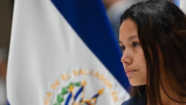 Mutter des ertrunkenen Kindes zurück in El Salvador