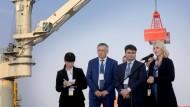 Großes Ding: Drosdenko, Gouverneur des Leningrader Gebiets, Osmakow, stellvertretender russischer Minister für Industrie, und Ministerpräsidentin Schwesig.