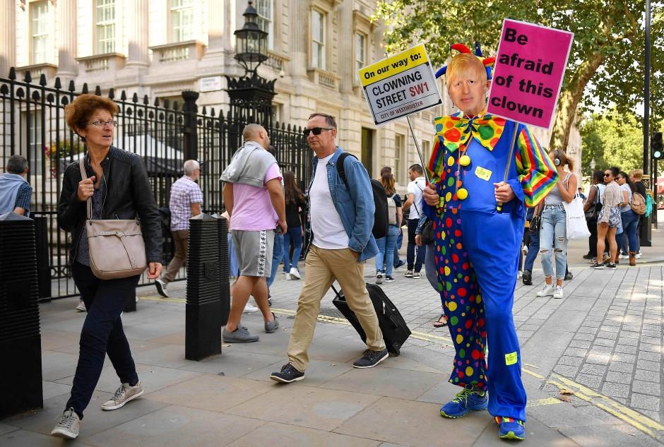 """Protest: Ein Demonstrant in London erklärt am Dienstag, Johnson sei ein """"Clown"""", vor dem man Angst haben müsse."""