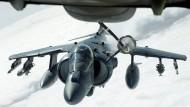 """Tanken über IS-Gebiet: Ein amerikanisches Kampfflugzeug """"Harrier"""" AV-8B vor dem Rendezvous mit einer KC-10 """"Extender"""""""