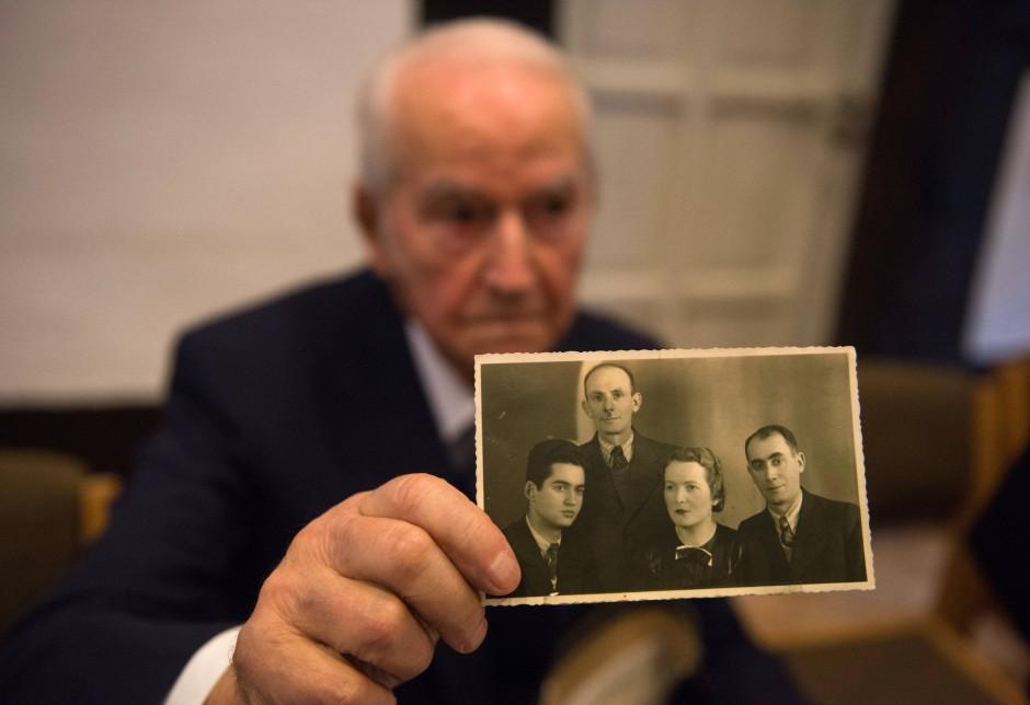 Leon Schwarzbaum hat Auschwitz überlebt. Seine Verwandten auf dem Foto nicht. Am Donnerstag beginnt der Prozess gegen den SS-Mann Reinhold H., der dort zwei Jahre lang Dienst tat.