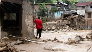 Mehr als 120 Tote bei Tropenstürmen