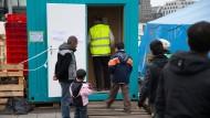 Ein Arzt geht am 7.12.2015 in Hamburg am Hauptbahnhof in einen Container, in dem Flüchtlinge medizinisch versorgt werden.