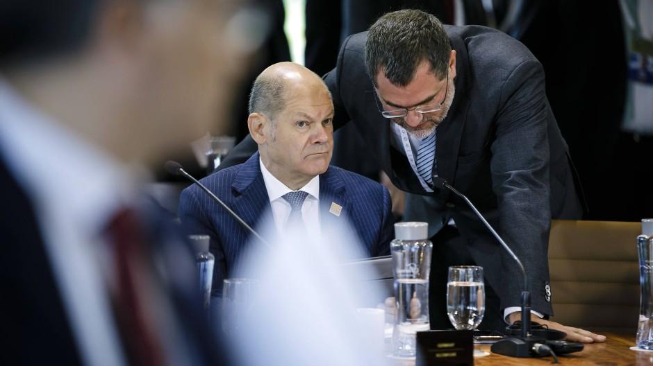 Olaf Scholz und sein Staatssekretär Wolfgang Schmidt beim G-7-Treffen 2018