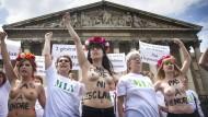 """Sie sind am Ziel: Aktivistinnen der Nichtregierungsorganisation """"Femen"""" protestieren Mitte Juni 2015 in Paris gegen Prostitution"""