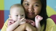 Leihmutter und Kind: Pattaramon Chanbua mit Gammy