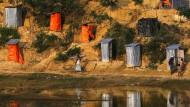 Leben in bitterer Armut: Ein Rohingya passiert Toilettenhäuschen in einem Flüchtlingslager in Kutupalong, Bangladesch.