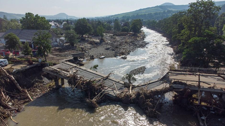 Zerstörerische Kraft: durch die Flutwelle weggerissene Brücke über die Ahr in Ahrweiler