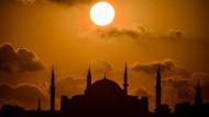 Weltweit gibt es 1,6 Milliarden Musliminnen und Muslime. Die historische Sultanahmet Moschee gilt als ein Wahrzeichen der Religion.