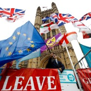 Ein Anti-Brexit-Demonstrant schwenkt die EU-Flagge vor den Houses of Parliament.