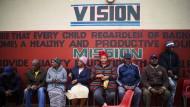Wähler warten vor einem Wahllokal in Soweto.