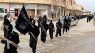 """Machtinszenierung: Milizionäre des """"Islamischen Staats"""" in einem 2014 im irakischen Raqqa aufgenommenen Propagandavideo"""