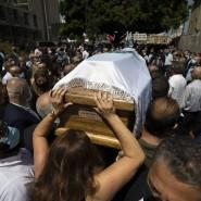 Trauerzug am Samstag in Beirut: Die Umstehenden trauern um einen Politiker, der bei der Explosion am Dienstag ums Leben kam.