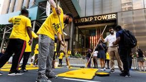 """New York malt """"Black Lives Matter""""-Schriftzug vor Trump-Tower"""