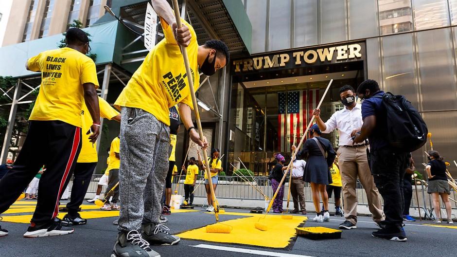 Freiwillige helfen bei einer Aktion der Stadt New York und malen in großen Buchstaben Black Lives Matter auf die Straße – direkt vor der Tür des Trump-Towers.