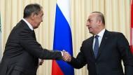 Shakehands: Der russische Außeminister Sergej Lawrow und sein türkisches Pendant Mevlut Cavusoglu