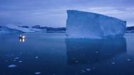 Ein Immobiliengeschäft? Ein Eisberg in Grönland in der Dämmerung