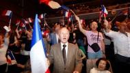 Front National-Anhänger jubeln bei einer Wahlkampfveranstaltung in Marseille