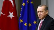 """Aussöhnung mit den westlichen Ländern? - Wohl eher nicht! Präsident Erdogan und seine Anhänger lehnen die """"westlichen Werte"""" offen ab und wählen als Referenzpunkt die islamische Welt."""