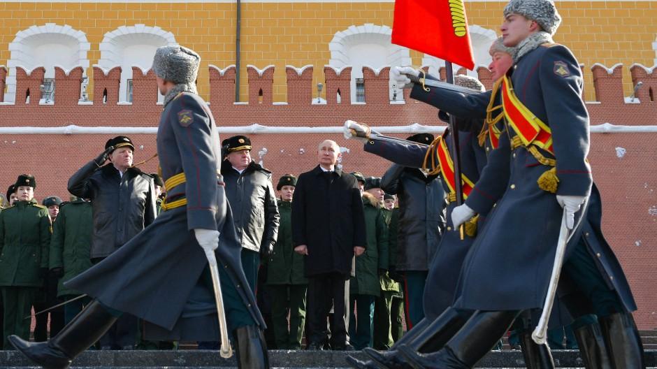 """Putin am 23. Februar, dem sogenannten Tag des Vaterlandsbeschützers, am """"Grabmal des unbekannten Soldaten"""" in Moskau"""
