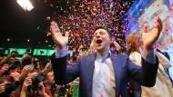 Der künftige ukrainische Präsident Wolodymyr Selenskyj feiert seinen deutlichen Sieg über den Amtsinhaber Poroschenko.