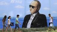 """""""Unsere"""" steht auf einem Bild Putins an einer Häuserwand auf der von Russland annektierten ukrainischen Halbinsel Krim."""