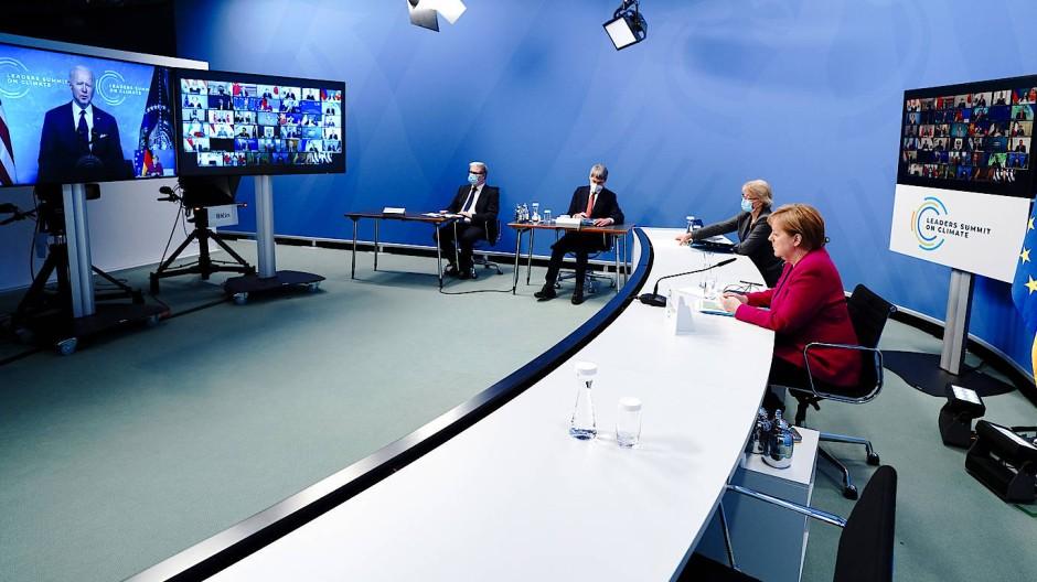 Kanzlerin Merkel hört in Berlin der Rede von Joe Biden auf dem von ihm veranstalteten Klimagipfel am Donnerstag zu.