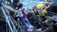 Das Ziel ist Europa: Afrikanische Migranten werden im Oktober 2017 zwischen Tunesien und Sizilien von einem Boot der portugiesischen Marine an Bord genommen.