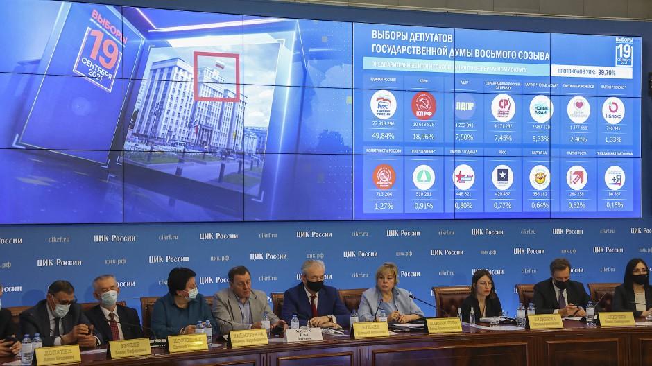 Die Zentrale Wahlkommission, in der Mitte deren Leiterin Ella Pamfilova