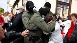 Sicherheitskräfte gehen gewaltsam gegen demonstrierende Frauen vor