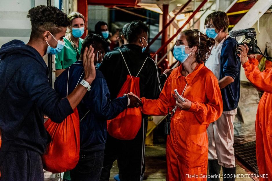 """Migranten verlassen die """"Ocean Viking"""" im sizilianischen Porto Empedocle"""