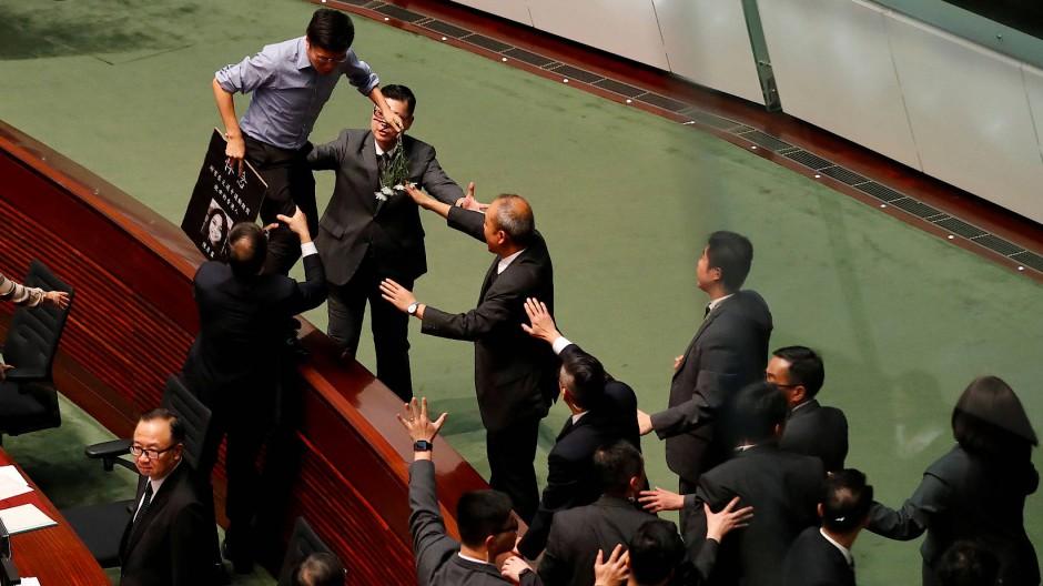 Ein pro-demokratischer Abgeordneter im Parlament von Hongkong am Donnerstag