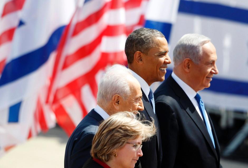 """""""Historischer Besuch"""": Barack Obama mit dem israelischen Staatspräsidenten Schimon Peres (links) und Ministerpräsident Benjamin Netanjahu (rechts) nach der Ankunft auf dem Flughafen Ben Gurion"""