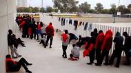 Warten auf Besserung: Flüchtlinge in Los Barrios, nahe Alegeciras, stehen Schlange, damit ihre Personalien registriert werden können.