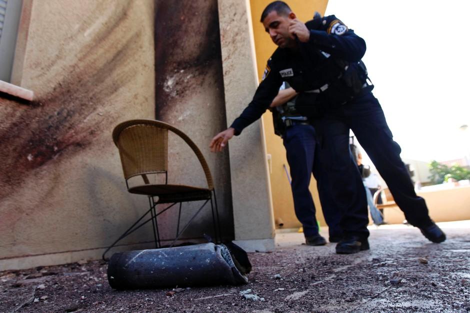 Polizisten am Fundort einer Granate am Donnerstagmorgen in Sderot