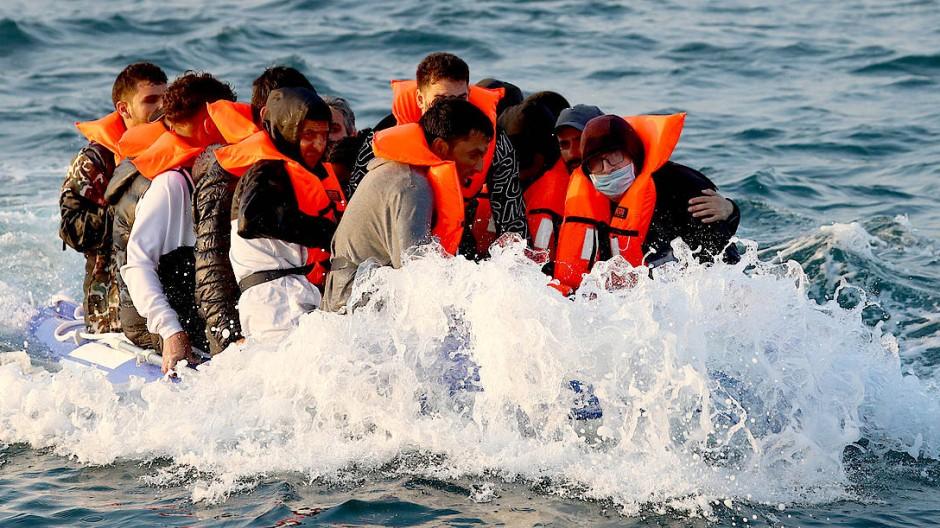 Mutmaßliche Migranten im August 2020 auf einem Boot auf dem Ärmelkanal
