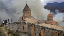 Bewohner in Nagornyj Karabach zünden ihre Häuser an