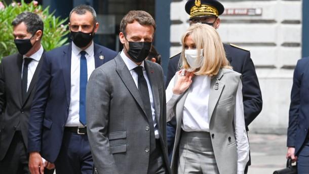 Passant ohrfeigt Präsident Macron