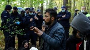 Migranten greifen Grenzschützer gewaltsam an