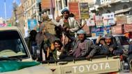 """Rache für den """"Verrat"""": Houthi-Kämpfer am Montag nahe Salihs Residenz in der jemenitischen Hauptstadt Sanaa"""