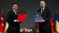 Der türkische Staatspräsident Recep Tayyip Erdogan (rechts) und der ukrainische Präsident Wolodymyr Selenskyj in Istanbul im Oktober 2020