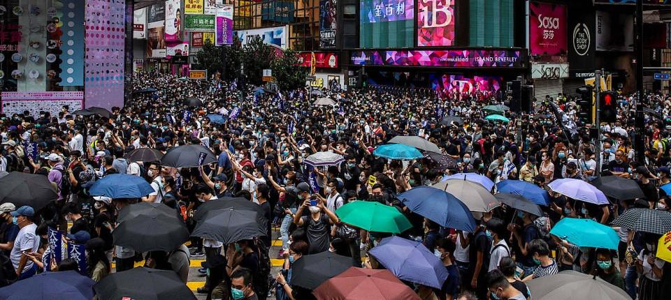 Menschen in Hongkong demonstrieren am Sonntag gegen das geplante Sicherheitsgesetz.