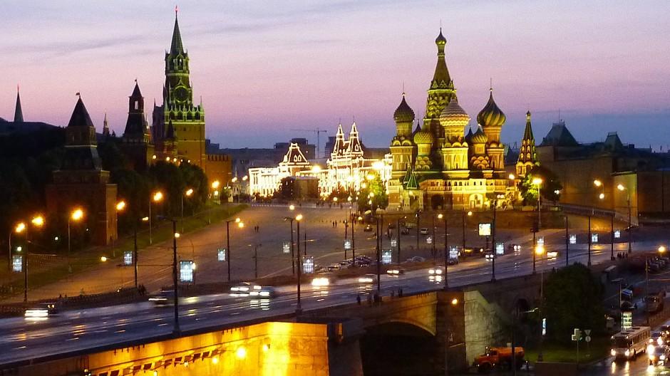 Szenen aus dem traditionellen Moskau: ein Blick auf den Kreml und den Roten Platz