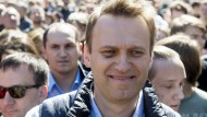 Der russische Oppositionsführer Alexej Nawalnyj nimmt in Moskau an einer Demonstration teil.