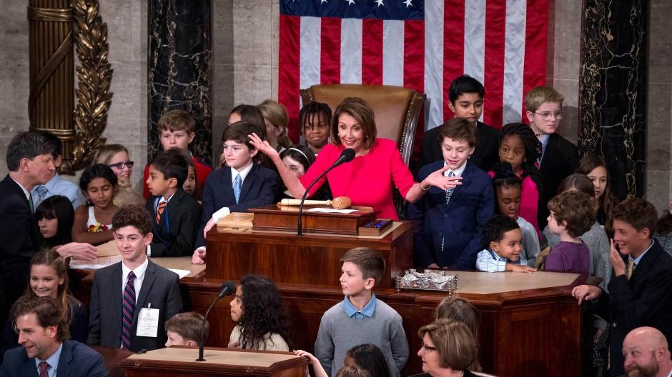 Nach dem Eid: Nancy Pelosi an ihrem neuen Arbeitsplatz – mit ihren Enkeln und den Kindern anderer Abgeordneter. Die Demokratin ist bereits zum zweiten Mal zur Sprecherin des Repräsentantenhauses gewählt worden.