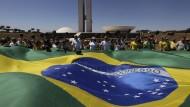 Demonstranten protestieren im August des vergangenen Jahres in Brasilia mit einer riesigen brasilianischen Flagge gegen die Korruption in ihrem Land.