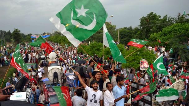 Tausende fordern Rücktritt des Premiers