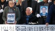Letzter überlebender Kläger: Der 94 Jahre alte Lee Chun-sik wird am Dienstag zur Urteilsverkündung in Seoul gebracht.