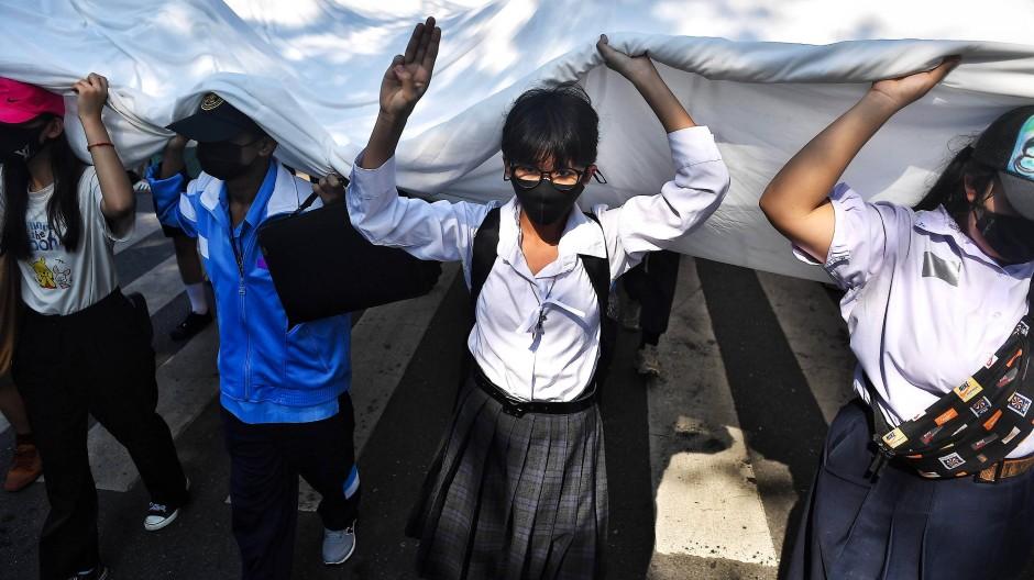 Zwischen Angst und Wut: Unter den Demonstranten in Thailand sind viele junge Frauen, die sich von den Traditionen ihrer Eltern abwenden.