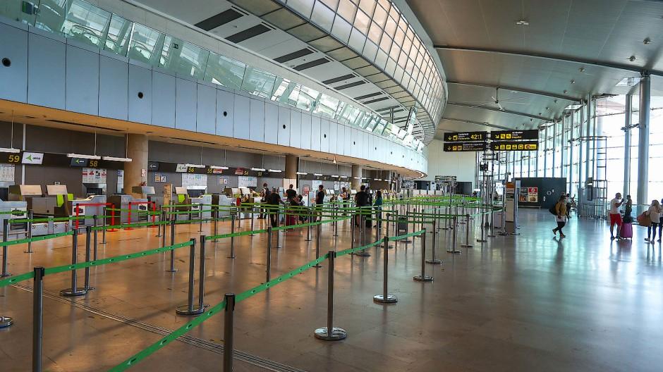 Check-in-Bereich des Flughafens Valencia: Im wichtigsten europäischen Urlaubsland Spanien sind die Einreisen per Flugzeug im April wegen der Corona-Beschränkungen um 99,7 Prozent zurückgegangen.